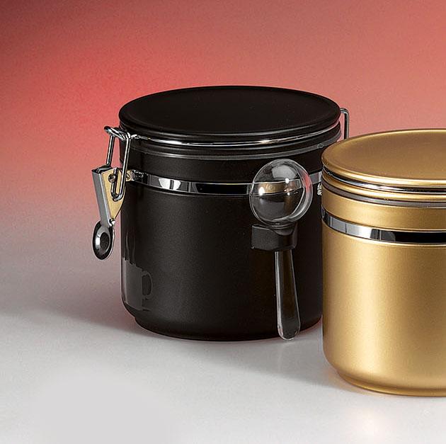 Csatos, kerek, fekete kávé tároló doboz adagolókanállal