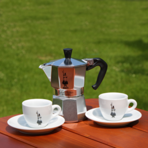 """BIALETTI MOKA OMINO kávéfőző + 2 db csésze Olasz minőség és dizájn. A Moka Express a világ első számú kávéfőzője, több mint 330 millió darabot gyártottak le belőle. Klasszikus háztartási kávéfőző, mely magán hordozza kivételes védjegyeét:a bajszos kis emberkét (l'omino con i baffi). A Bialetti az eredeti """"kotyogós"""" kávéfőző, egyenesen a feltalálótól, a Bialetti cégtől. Működése és megjelenése közel 80 éve meghatározó a kotyogós kávéfőzők kedvelői körében. Gáz, elektromos és kerámia főzőlapon használható. Alumíniumból készül, mosogatógépben nem mosható."""