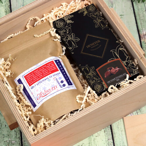 Fadobozos karácsonyi ajándékcsomag kézműves étcsokoládéval és ízesített kávéval