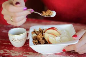 Egészséges és tápláló reggeli - granola, túró, alma