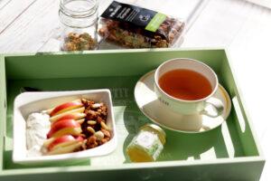 Egészséges reggeli - sült müzli és mentás tea