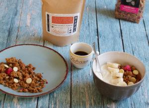 Egészséges granolás reggeli nepáli kávéval