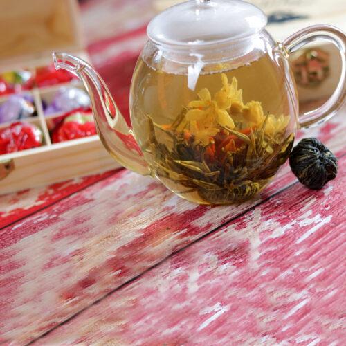 Virágzó tea készlet, szett üveg teáskannával fa dobozban