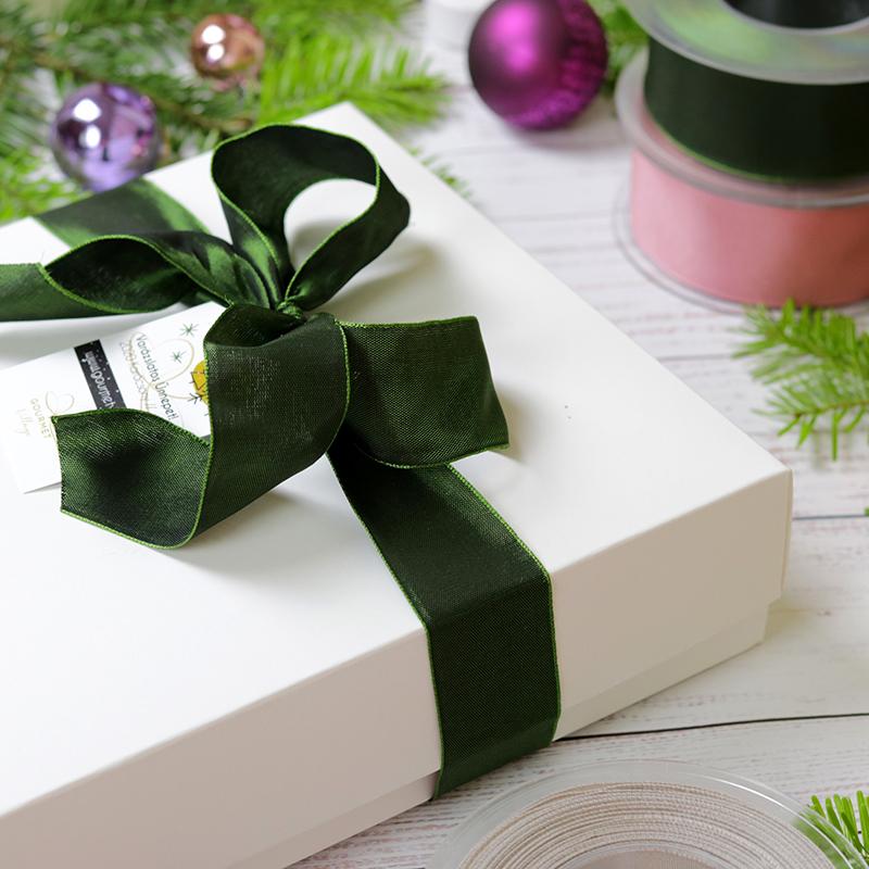 Karácsonyi ajándékcsomag peremes fehér papír ajándékdoboz szalaggal